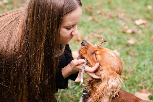 Молодая женщина в любви со своей собакой