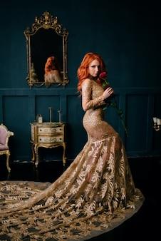 빈티지 인테리어에 고급스러운 드레스 서에서 젊은 여자