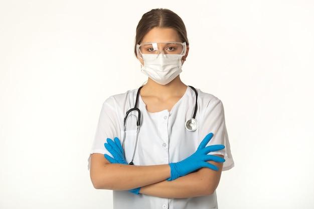 흰색 배경에 의료 옷에 젊은 여자