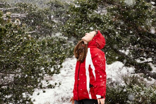 自然の中で若い女性