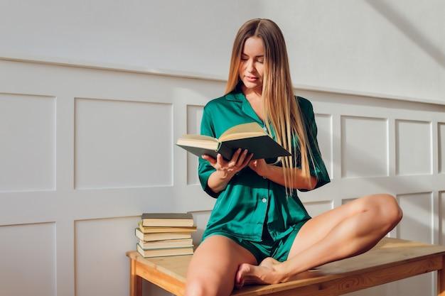 自宅でネグリジェパジャマを着た若い女性。