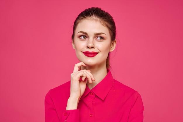 孤立したピンクの服を着た若い女性