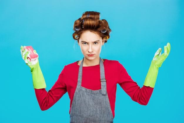 Молодая женщина в розовых позах с резиновыми перчатками