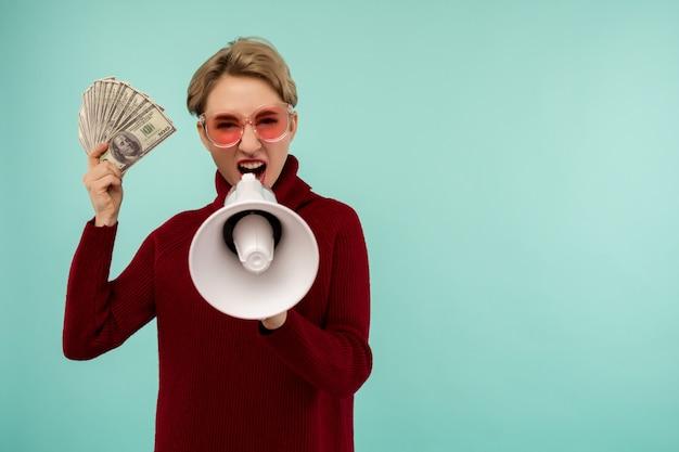 확성기에 고함을 돈을 핑크 선글라스에 젊은 여자