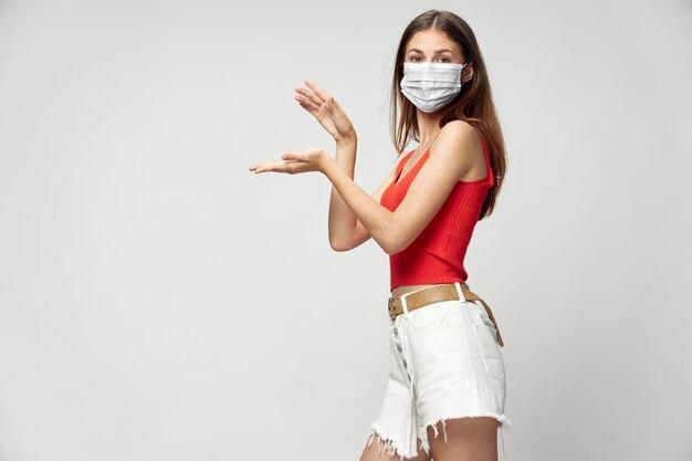 Молодая женщина в защитной маске изолирована