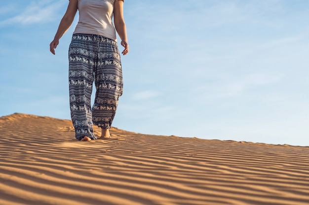 일몰 또는 새벽에 rad 모래 사막에서 젊은 여자