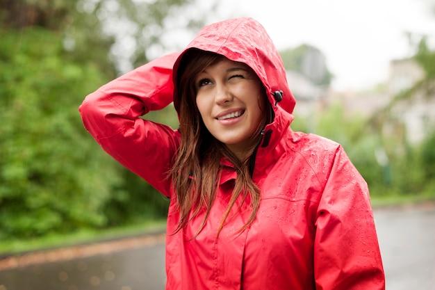 レインコートの若い女性