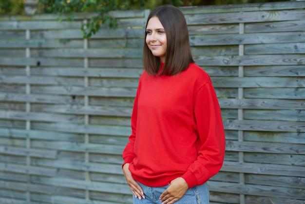 赤いブラウスを着た若い女性。高品質の写真