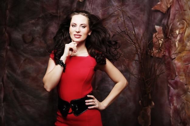 빨간 드레스의 젊은 여자