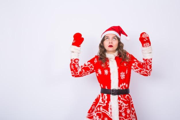 산타 클로스 의상을 입은 젊은 여자