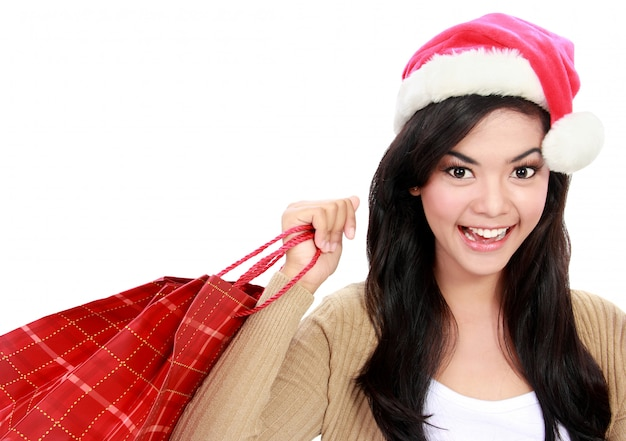 Молодая женщина в новогодней шапке с корзиной