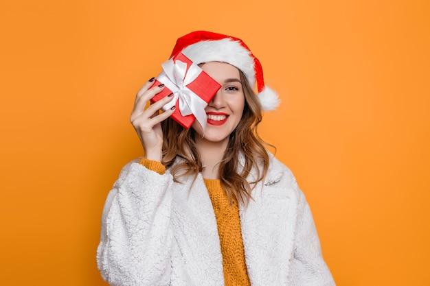 Молодая женщина в новогодней шапке