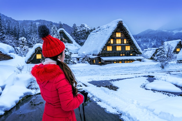 Молодая женщина в деревне сиракава-го зимой, япония.