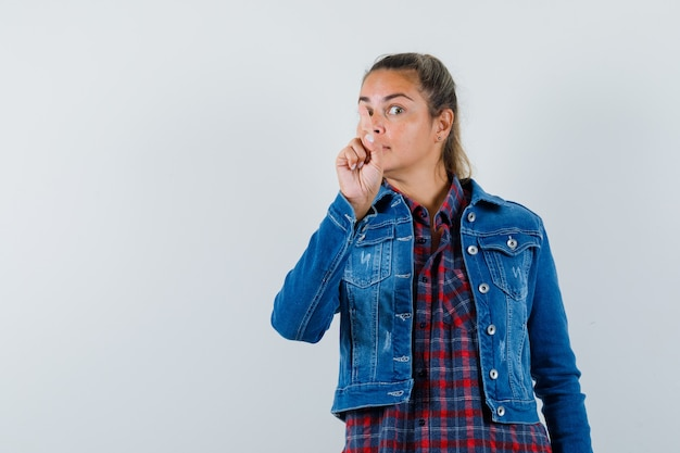 셔츠, 재킷 가리키는 및 지능형, 전면보기에 젊은 여자.
