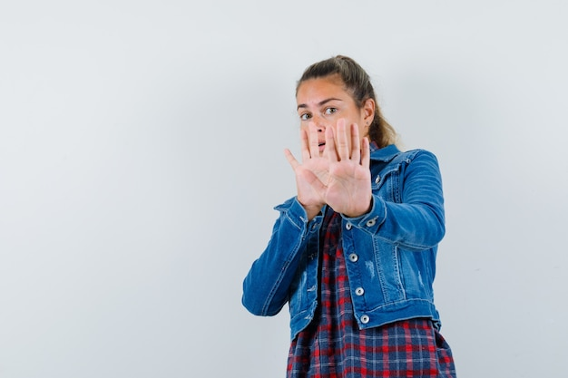 셔츠에 젊은 여자, 재킷 중지 제스처를 표시 하 고 흥분, 전면보기를 찾고.