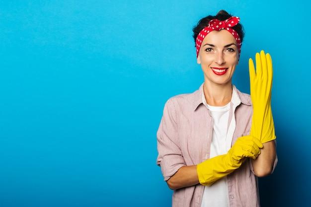 クリーニング手袋とシャツの若い女性