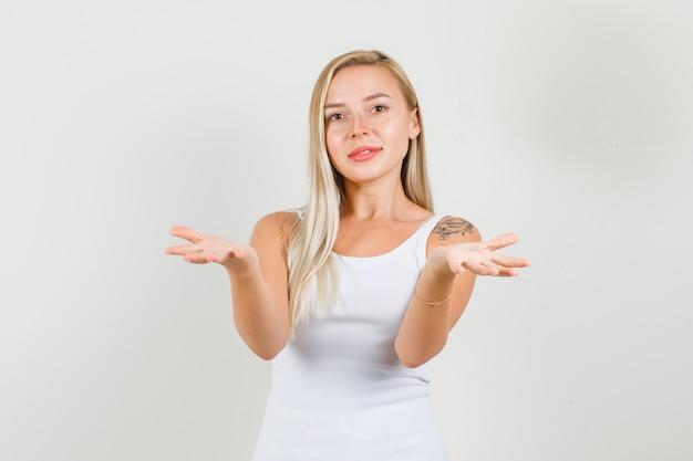 一重項の若い女性、開いた手のひらで伸ばした手を示しています