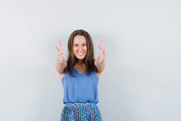 중항, 치마 포옹 팔을 열고 행복, 전면보기에 젊은 여자.