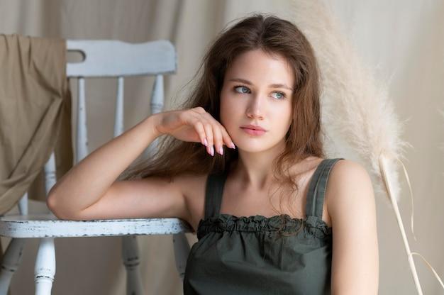スローファッションの服を着た若い女性