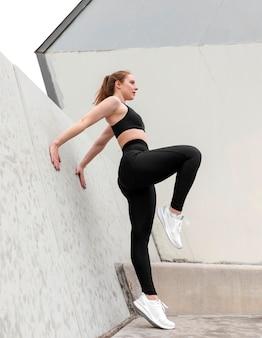 야외에서 운동하는 스포츠에서 젊은 여자
