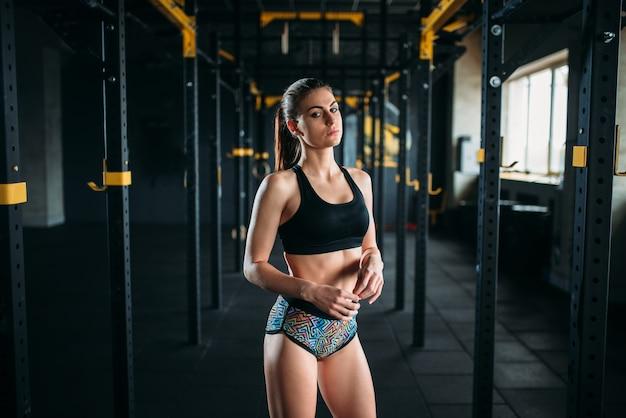 スポーツウェア、フィットネスクラブの若い女性。ジムで魅力的な女性アスリート