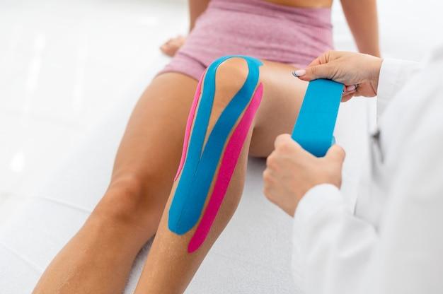 Молодая женщина в спортивной одежде, упражнения на сеансе физиотерапии