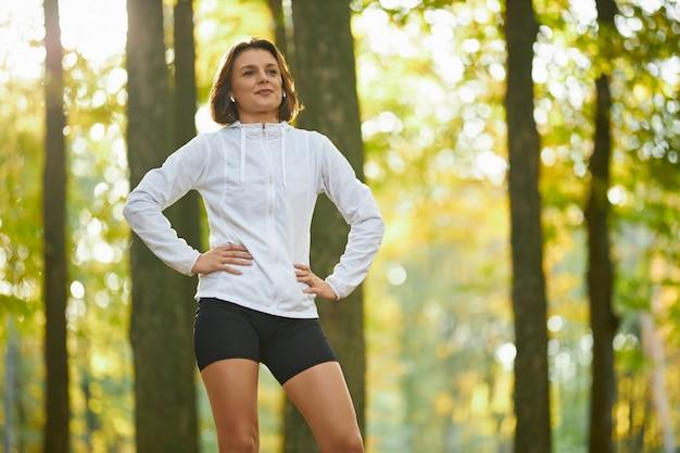 運動の合間に休憩を取るスポーツウェアの若い女性