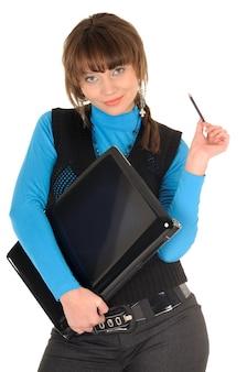 흰색 바탕에 현대적인 노트북을 들고 포즈를 취하는 학생 역할을 하는 젊은 여성