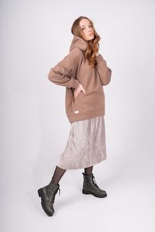Молодая женщина в стильном уютном костюме из натуральных тканей
