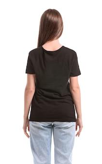 白い表面にスタイリッシュなtシャツの若い女性