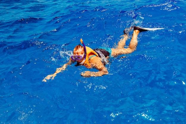 수영복 스노클링에서 젊은 여자