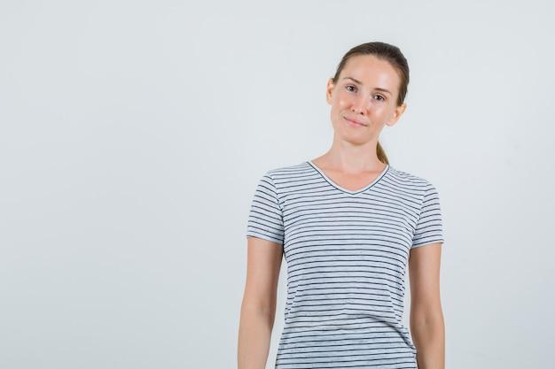 かわいく見えるtシャツの若い女性、正面図。