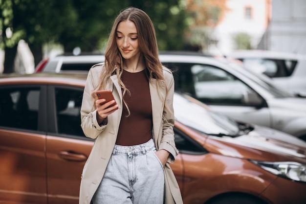 Молодая женщина в центре города с телефоном