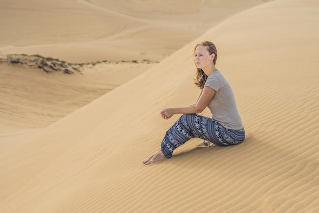 砂漠の若い女性、ムイネー、ベトナム