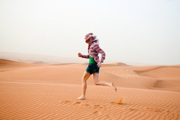 Молодая женщина в пустыне