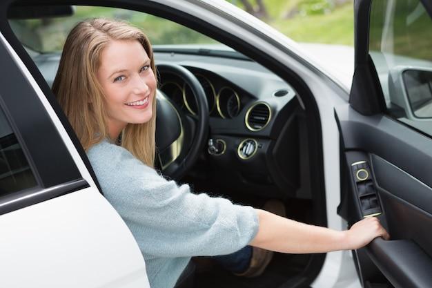 運転手の座席にいる若い女性