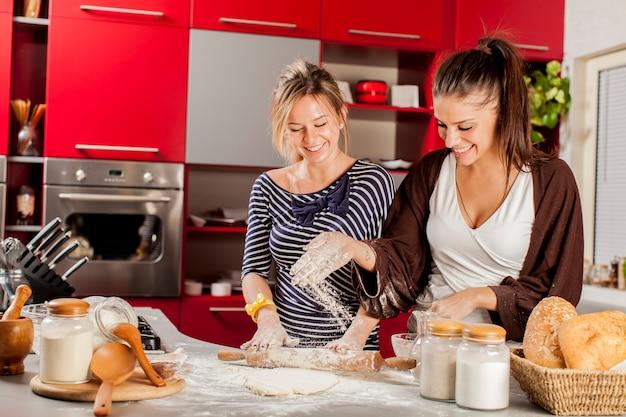 台所で若い女性