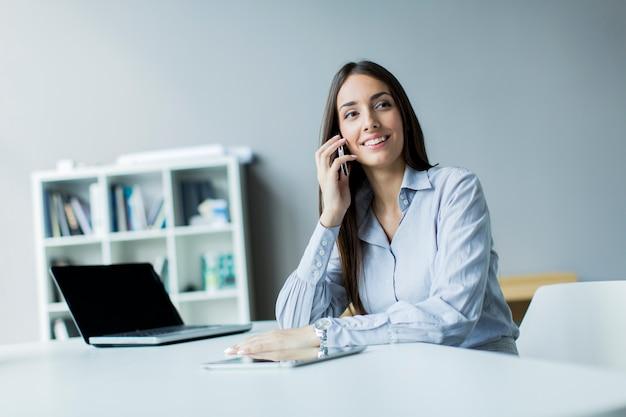 Молодая женщина в офисе