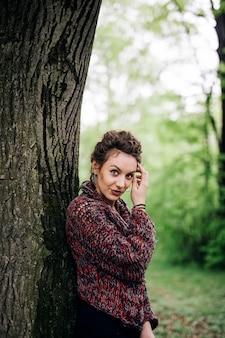 木で公園の若い女性