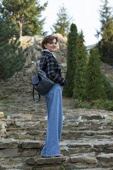 公園の若い女性。フランス風のかわいい女の子の肖像画。