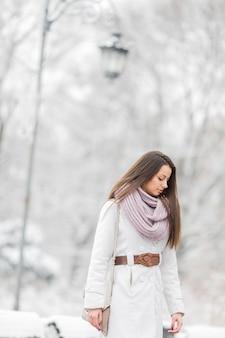 冬の公園で若い女性