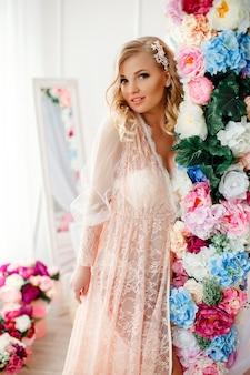 꽃으로 장식 된 방에 젊은 여자
