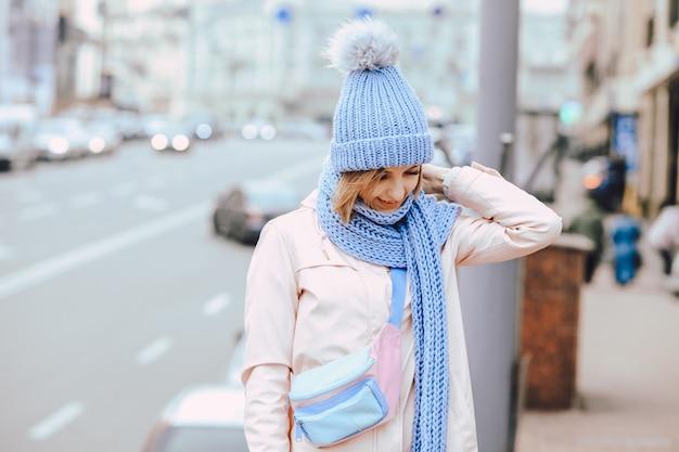 ニット帽とスカーフと冬の若い女性