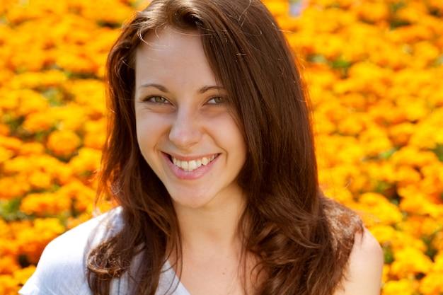 黄色いフィールドの若い女性