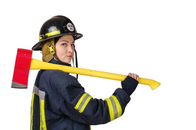 Молодая женщина в форме пожарного с топором изолированы