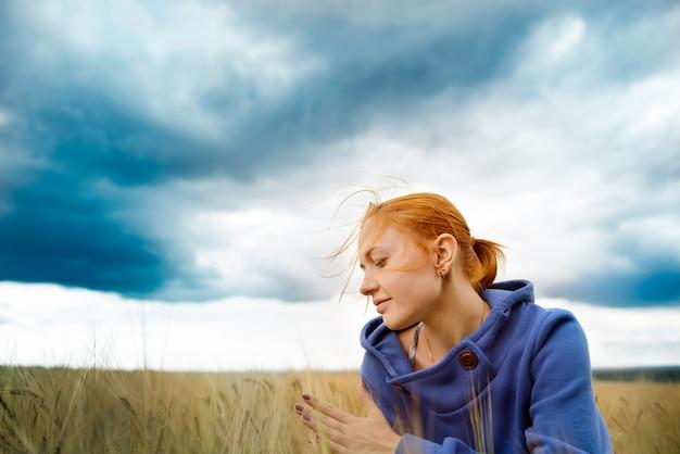 Молодая женщина в поле пшеницы