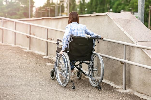 야외에서 휠체어를 탄 젊은 여성