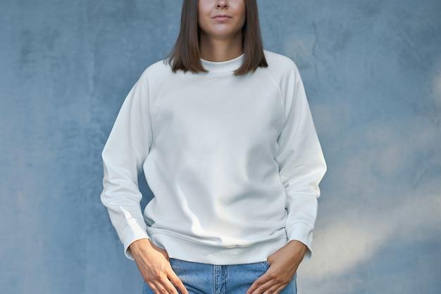 白いブラウスの若い女性。高品質の写真