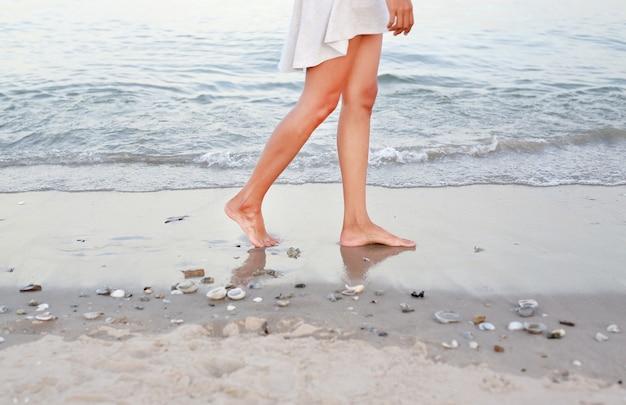Молодая женщина в белом платье, ходить только на пляже