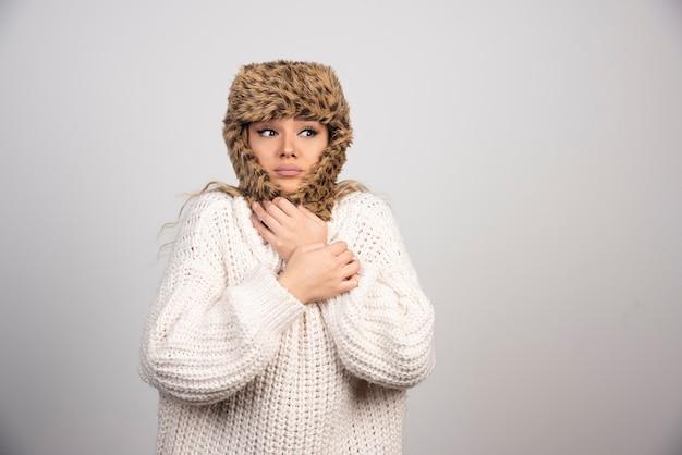 차가운 느낌 흰색 니트 스웨터에 젊은 여자.